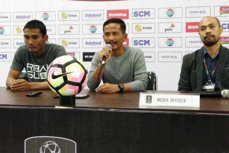 Pelatih PSMS Medan Djadjang Nurdjaman bersama kapten tim Legimin Raharjo saat konferensi pers usai laga kontra Sriwijaya di Stadion Gelora Bandung Lautan Api (GBLA), Jumat (26/1/2018) malam.