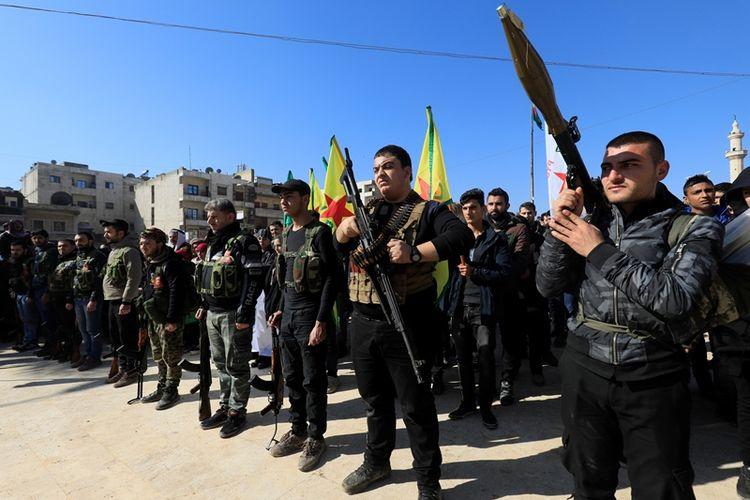 Anak muda Kurdi Suriah ketika menggelar parade militer di Afrin (28/1/2018). Mereka semua merupakan warga sipil yang dimobilisasi untuk menghadapi operasi militer Tangkai Zaitun yang diterapkan oleh Turki.