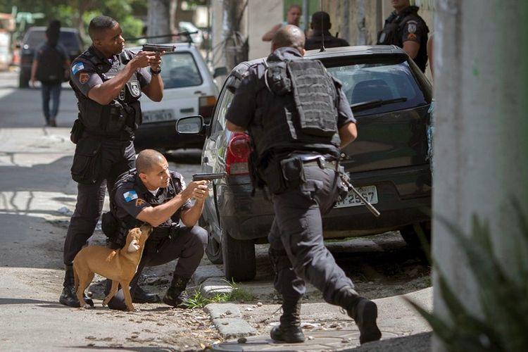 Polisi terlibat baku tembak dengan kelompok bersenjata di Cidade de Deus favela, Rio de Janeiro, Brasil, pada Kamis (1/2/2018) (AFP/Mauro Pimentel)
