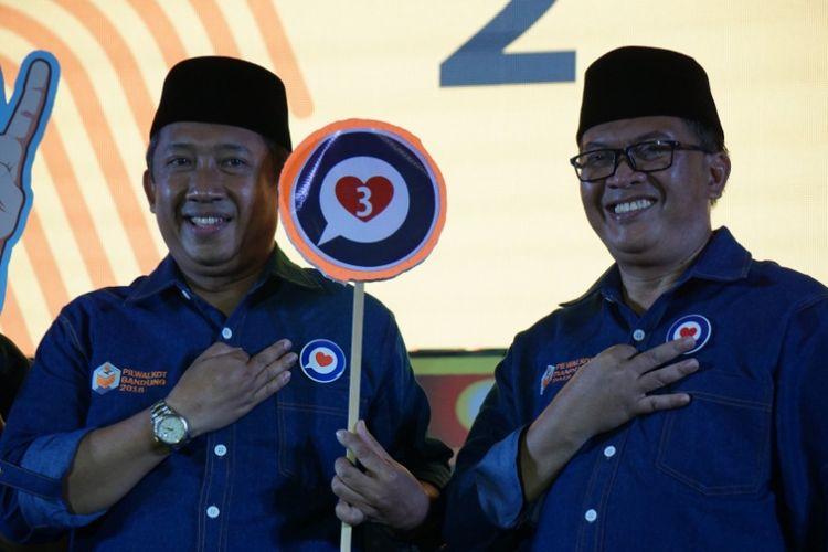 Pasangan nomor urut 2 di Pilkada Kota Bandung, Yossi Irianto dan Aries Supriatna saat hadir dalam kegiatan penetapan nomor urut pasangan calon di Gor Padjadjaran, Selasa (13/2/2018).