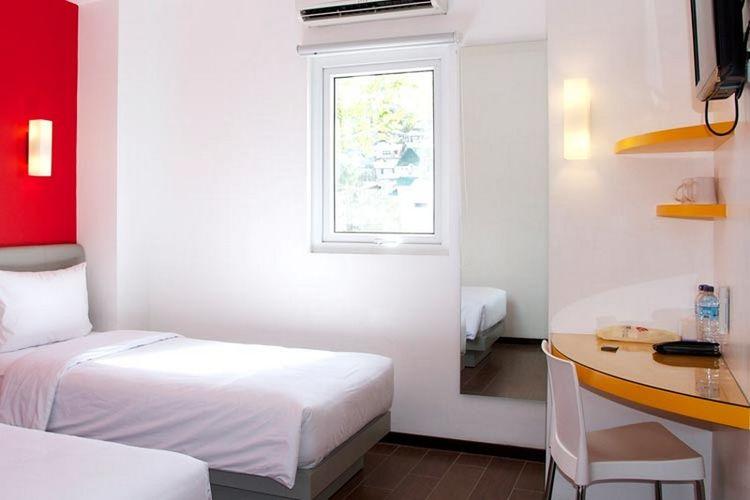 Kamar di Hotel Amaris, Ambon, Maluku.