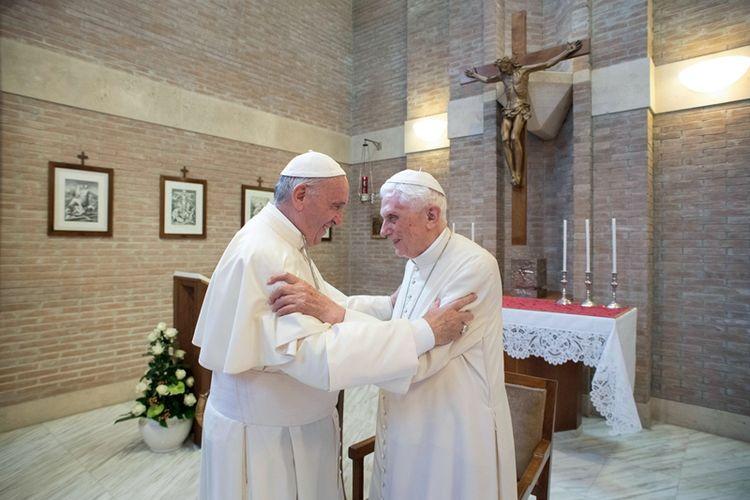 Paus Benediktus XVI dan Paus Fransiskus bertemu di Vatikan pada Juni 2017.