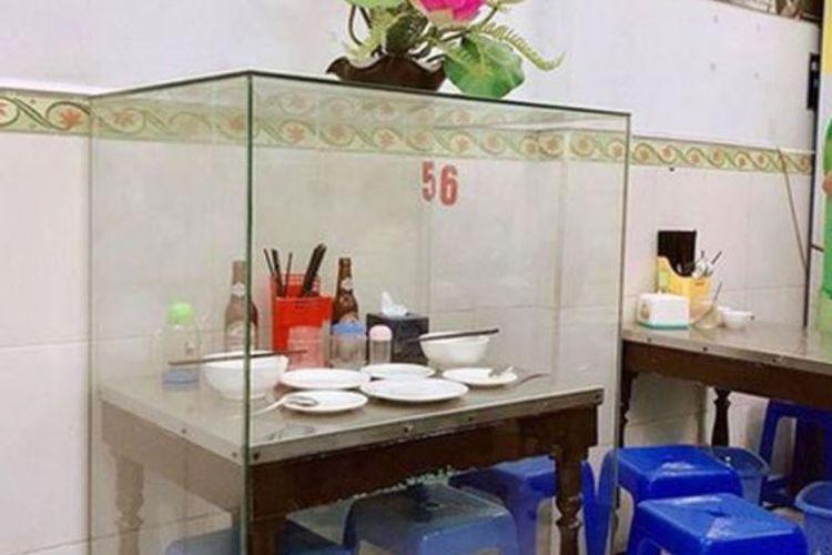 Meja yang digunakan Barack Obama bersantap bersama Anthony Bourdain kini diabadikan lengkap dengan piring, mangkuk, dan empat botol bir kosong.(Facebook/Dam Ha Phu )