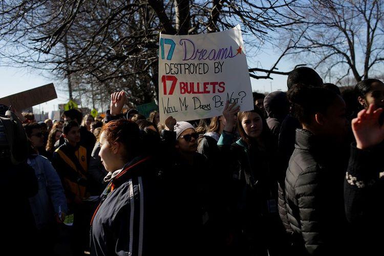 Para murid dari SMA Lane Technical College Preparatory ambil bagian dalam aksi walkout sekolah nasional pada Rabu (14/3/2018), untuk menuntut diakhirinya kekerasan senjata. (AFP/Joshua Lott)