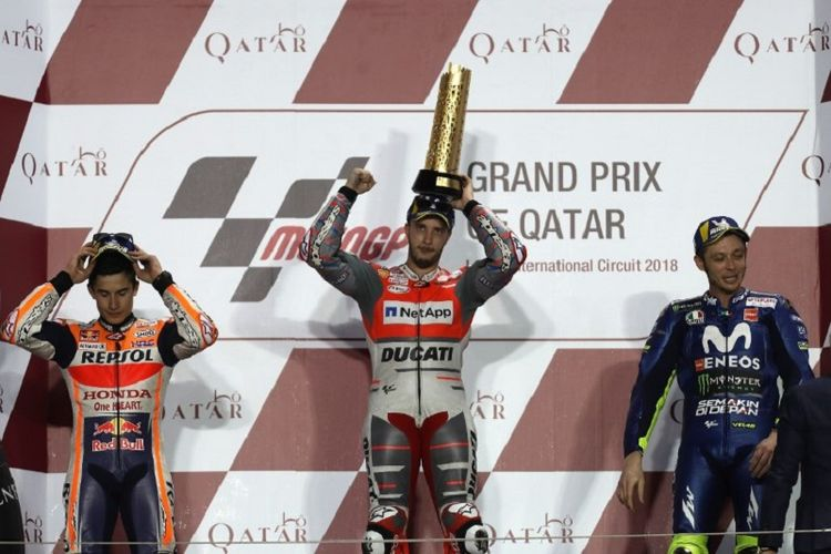 Andrea Dovizioso menjadi juara GP Qatar seusai unggul atas Marc Marquez dan Valentino Rossi pada balapan di Sirkuit Losail, Minggu (18/3/2018). (AFP/KARIM JAAFAR)