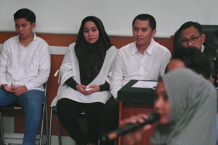 Terdakwa kasus dugaan penipuan dan penggelapan biro perjalanan umrah First Travel, Direktur Utama Andika Surachman (kedua kanan), Direktur Anniesa Hasibuan (kedua kiri), dan Direktur Keuangan Kiki Hasibuan (kiri) menjalani sidang dengan agenda keterangan saksi dari JPU di Pengadilan Negeri Kota Depok, Jawa Barat, Rabu (21/3). Sidang yang seharusnya mengagendakan mendengarkan keterangan saksi dari penyanyi Syahrini batal dilakukan karena ketidakhadiran Syahrini. Pemanggilan tersebut merupakan kali kedua Syahrini mangkir untuk memberikan kesaksian dalam kasus First Travel.