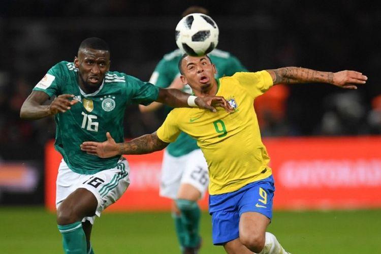 Antonio Ruediger dan Gabriel Jesus berebutan bola pada pertandingan uji coba Jerman vs Brasil di Stadion Olimpiade Berlin, Selasa (27/3/2018).