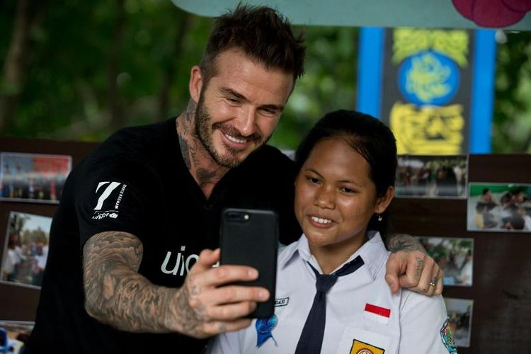 Duta Kehormatan UNICEF David Beckham berfoto bersama Sripun (15) di rumahnya di Semarang, Jawa Tengah, Indonesia, 27 Maret 2018. Sripun diunjuk oleh lingkungannya untuk menjadi agen perubahan dan berpartisipasi dalam program anti-bullying yang diinisiasi UNICEF.