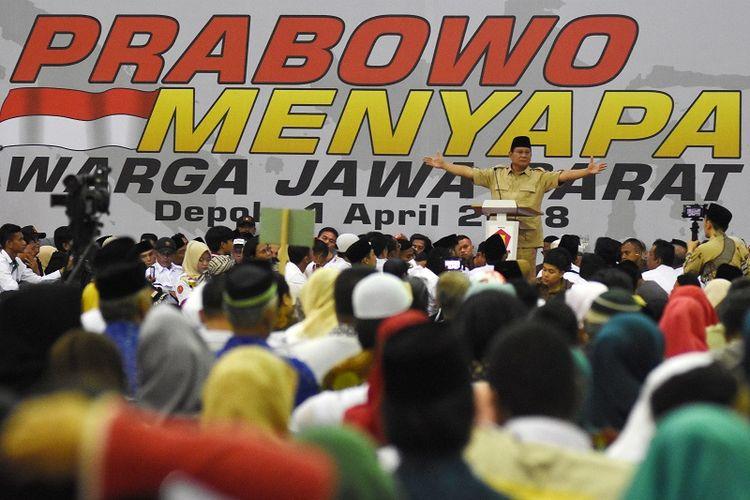 Ketua Umum Partai Gerindra Prabowo Subianto menyampaikan pidato politiknya di hadapan kader dan simpatisan pada acara Prabowo Menyapa Warga Jawa Barat di Depok, Jawa Barat, Minggu (1/4). Dalam pidatonya Prabowo menyampaikan visi dan misi Partai Gerindra menyongsong tahun politik 2018 dan 2019, serta mendukung pasangan Cagub dan Cawagub Jawa Barat Sudrajat-Ahmad Syaikhu pada Pilgub Jabar 2018. ANTARA FOTO/Indrianto Eko Suwarso/pras/18