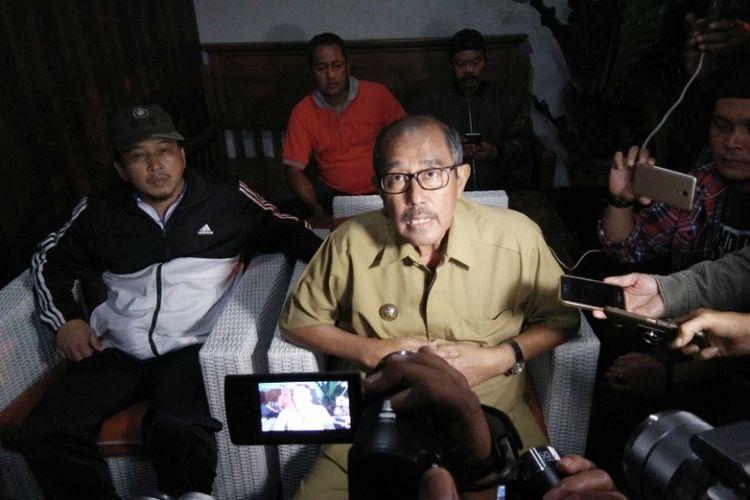 Bupati Bandung Barat, Abubakar, saat berbicara kepada awak media untuk meluruskan kabar penangkapan dirinya oleh KPK di kediamannya, Lembang, Bandung Barat, Selasa (10/4/2018) malam.
