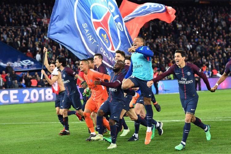 Para pemain PSG merayakan keberhasilan menjadi juara Ligue 1 musim 2017-2018 seusai menang telak atas rival terdekat, AS Monaco, di Stadion Parc des Princes, Minggu (15/4/2018).