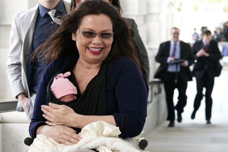 Senator Tammy Duckworth berada di Capitol Hill, Amerika Serikat dengan bayi perempuannya yang baru lahir Maile Pearl Bowlsbey, Kamis (29/4/2018). (AFP/Alex Wong)