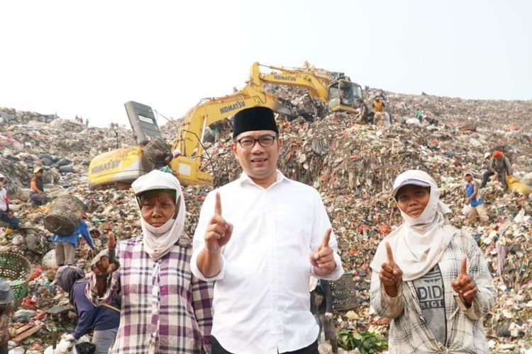 Calon gubernur Jawa Barat Ridwan Kamil saar mengunjungi pekerja di TPST Bantar Gebang, Bekasi, Kamis (19/4/2018)