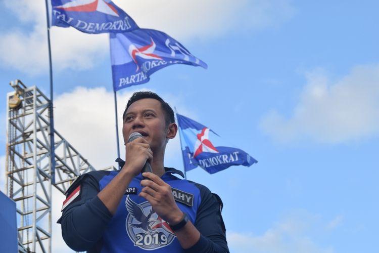 Politisi Partai Demokrat Agus Harimurti Yudhoyono (AHY) saat menghadiri kampanye akbar pasangan Calon Gubernur Sulawesi Tenggara, Rusda Mahmud dan LM Safei Kahar, di lapangan lembah hijau Kota Baubau, Sulawesi Tenggara, Kamis (3/5/2018) sore.