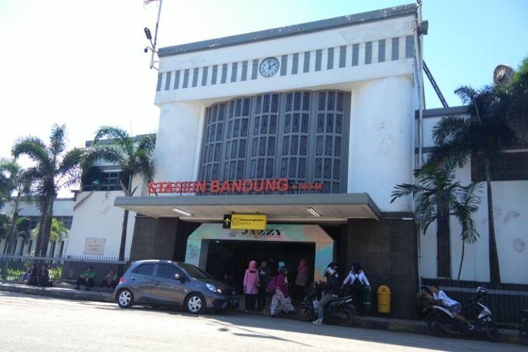 Aktivitas di Stasiun Bandung, Rabu (9/5/2018). PT KAI Daop 2 Bandung mengumumkan tiket kelas ekonomi untuk mudik dan arus balik lebaran sudah habis terpesan. PT KAI juga menambah empat rangkaian kereta guna mengantisipasi lonjakan penumpang.