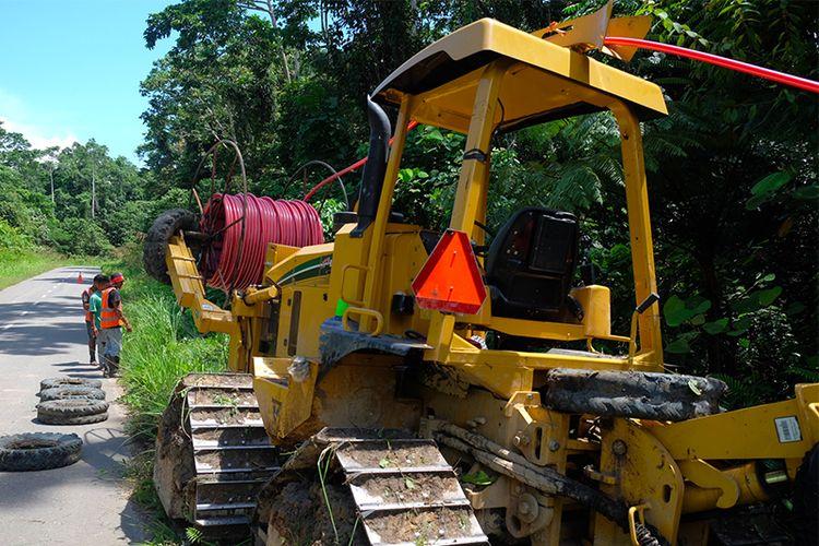 Proses penggelaran selubung HDPE untuk pelindung kabel serat optik Palapa Ring Timur menggunakan mesin Vermeer di jalur antara Teluk Bintuni - Manokwari, Sabtu (12/5/2018).