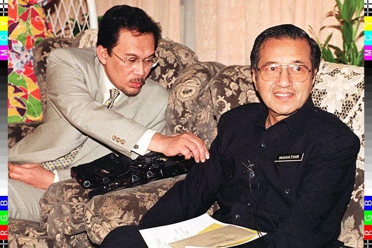 Dalam foto yang diambil pada 6 February 1997 ini memperlihatkan Wakil PM Malaysia Anwar Ibrahimdan PM Mahathir Mohamad dalam sebuah konferensi pers di Kuala Lumpur. Dalam konferensi pers ini Mahathir memutuskan cuti selama dua bulan dan menyerahkan jalannya pemerintahan kepada Anwar.