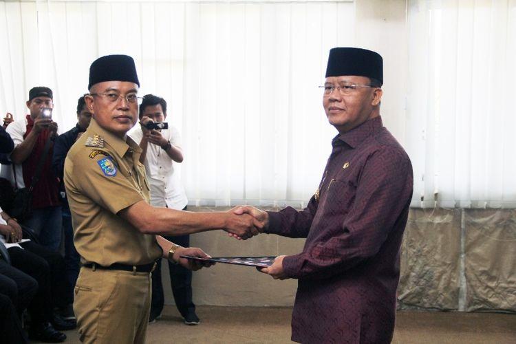 Wakil Bupati Bengkulu Selatan Gusnan Mulyadi (berpakaian dinas) menerima SK Plt dari Plt.Gubernur Bengkulu, Rohidin Mersyah