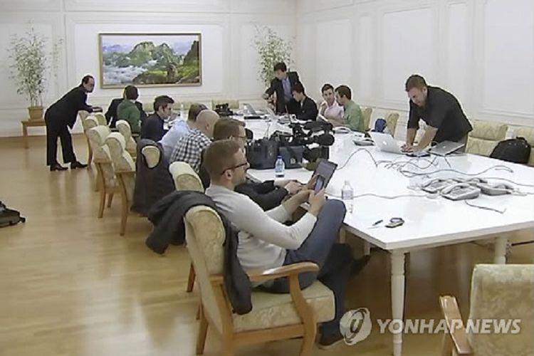 Para jurnalis asing berkumpul di sebuah hotel di Wonsan Selasa (22/5/2018). Mereka bersiap meliput penutupan situs nuklir Korea Utara di Punggye-ri yang dilaporkan bakal terjadi Kamis (24/5/2018).