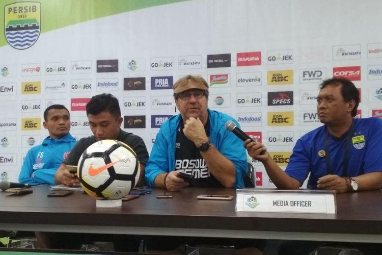 Pelatih PSM Makassar Robert Rene Alberts bersama striker Ferdinand Sinaga saat memberikan keterangan kepada awak media usai laga kontra Persib Bandung di stadion Gelora Bandung Lautan Api, Rabu (23/5/2018) malam.