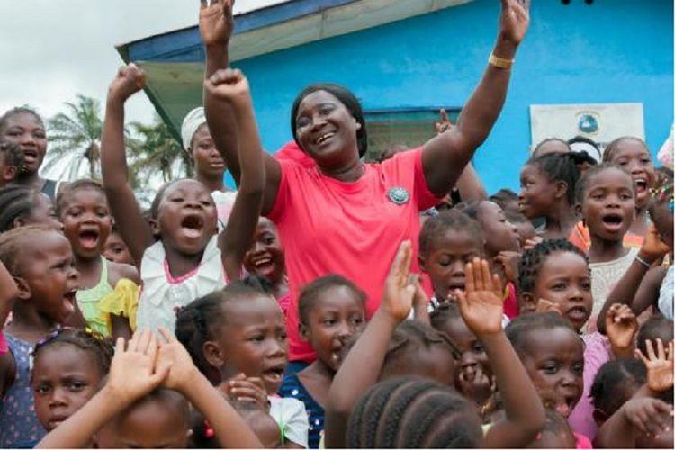 Alice Sumo (48) dikelilingi anak-anak perempuan yang lahir ke dunia lewat bantuannya. Semua anak ini menyandang nama Alice.