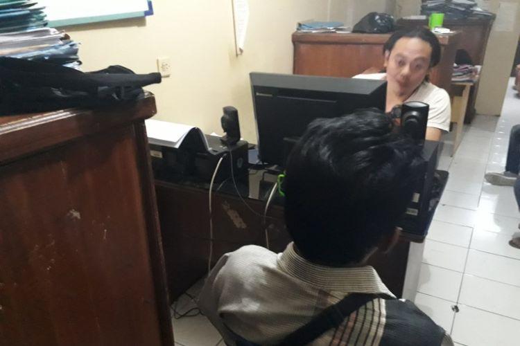 Anggota Satreskrim Polsek Garut Kota memeriksa salah satu wartawan gadungan yang diduga melakukan pemerasan, Kamis (24/8/2018) malam.