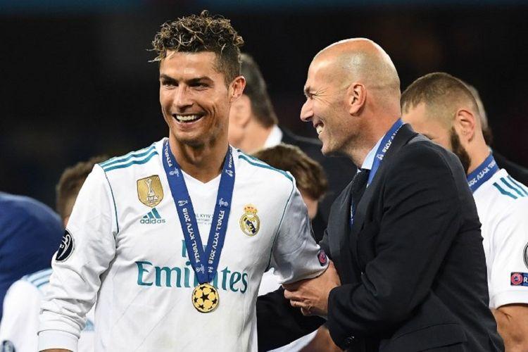 Cristiano Ronaldo dan Zinedine Zidane tampak semringah seusai Real Madrid kembali menjadi juara Liga Champions 2018 di Kiev, 26 Mei 2018.