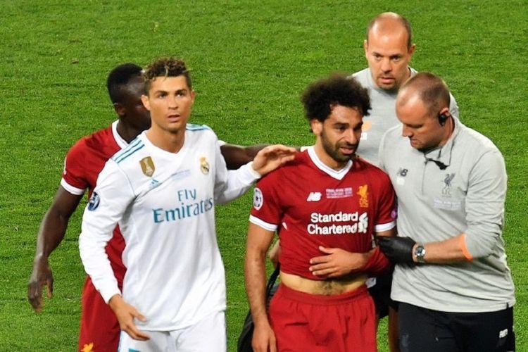 Cristiano Ronaldo mencoba menghibur Mohamed Salah yang mengalami cedera pada laga final Liga Champions di Kiev, 26 Mei 2018.