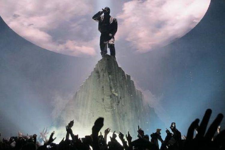 Desain tata panggung Kanye West saat tampi dalam tur Yeezus.
