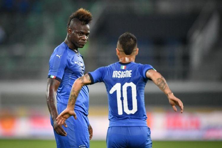 Mario Balotelli dan Lorenzo Insigne merayakan gol Italia ke gawang Arab Saudi pada laga uji coba di Swiss, 28 Mei 2018.