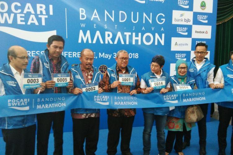 Gubernur Jawa Barat Ahmad Heryawan saat berfoto bersama para pendukung kegiatan Pocari Sweat Bandung West Java Marathon 2018 di Aula Barat Gedung Sate, Jalan Diponegoro, Kamis (31/5/2018).