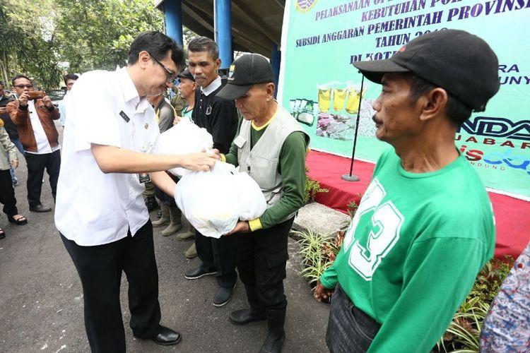 Kepala Dinas Perdagangan dan Perindustrian Kota Bandung Eric M Attauriq saat menyerahkan paket sembako murah kepada