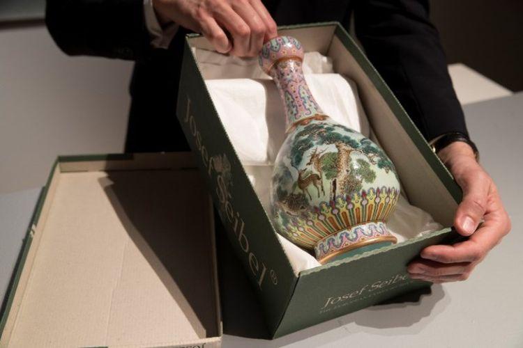 Vas berbahan porselen itu dibuat untuk Kaisar Qianlong yang berkuasa pada dinasti Qing. (AFP/Thomas Samson)