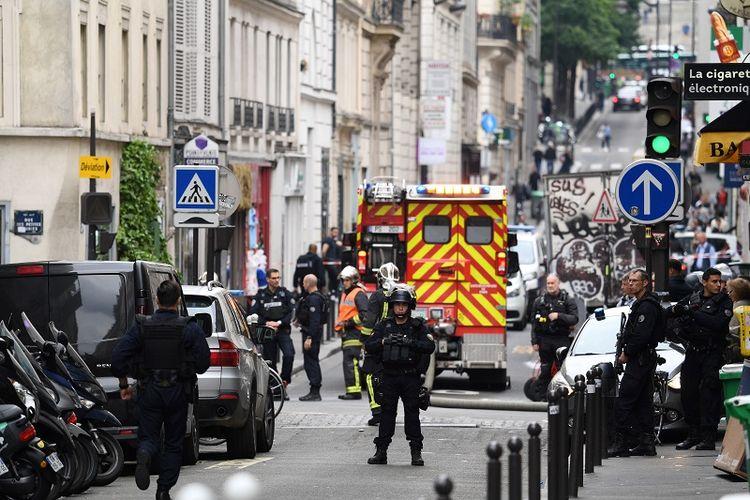 Petugas kepolisian Perancis berjaga di ruas jalan tak jauh dari lokasi penyanderaan di pusat kota Paris, Selasa (12/6/2018).