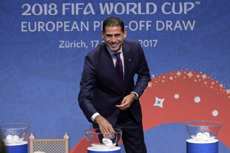 Fernando Hierro melakukan drawing play-off kualifikasi Piala Dunia 2018 di Zurich, 17 Oktober 2017.