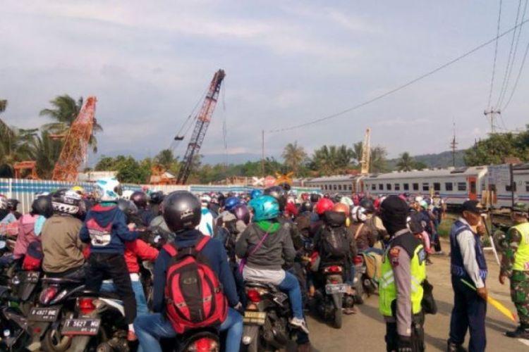 Kemacetan panjang hingga 15 kilometer yang didominasi kendaraan pemudik terjadi dari arah Karangsawah, Brebes, Jawa Tengah, hingga flyover Klonengan, Prupuk, Kabupaten Tegal, Rabu (13/6/2018).