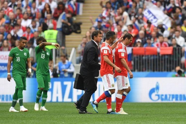 Gelandang timnas Rusia, Alan Dzagoev, harus meninggalkan lapangan pada pertengahan babak pertama laga Piala Dunia 2018 versus Arab Saudi di Stadion Luzhniki lantaran cedera, 14 Juni 2018.