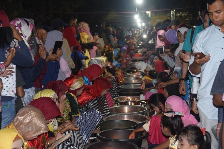Tradisi kamomose atau tradisi mencari jodoh yang dilakukan masyarakat Kecamatan Lakudo, Kabupaten Buton Tengah, Sulawesi Tenggara.