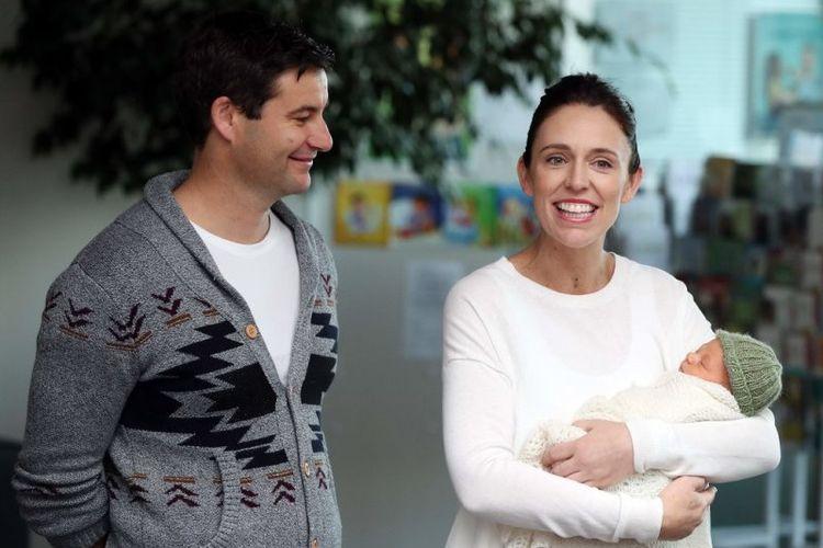 Perdana Menteri Selandia Baru Jacinda Ardern bersama pasangannya, Clarke Gayford, dan putri mereka, di rumah sakit di Auckland, pada Minggu (24/6/2018). (AFP/Michael Bradley)