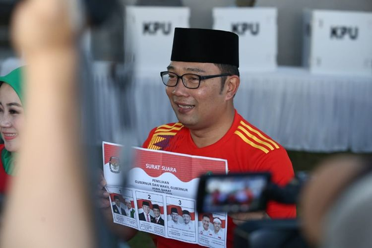 Ridwan Kamil usai melakukan pencoblosan di TPS 21 RT 03 RW 08 Kelurahan Cigadung, Kecamatan Cibeunying Kaler, Kota Bandung, Rabu (27/6/2018) pagi.