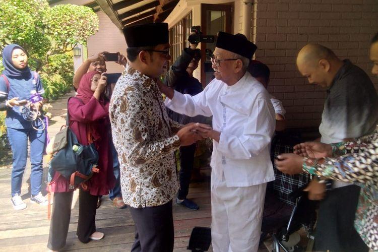 Ridwan Kamil saat bertemu dengan tokoh Jabar, Solihin GP di kediamannya, Jalan Cisitu, Bandung, Kamis (28/6/2018).