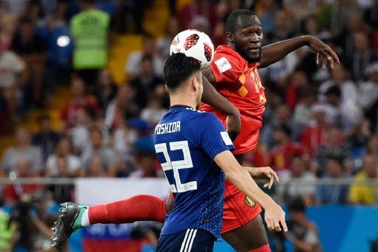 Romelu Lukaku berduel dengan Maya Yoshida pada laga Belgia vs Jepang dalam babak 16 besar Piala Dunia 2018 di Rostov Arena, 2Juli 2018.