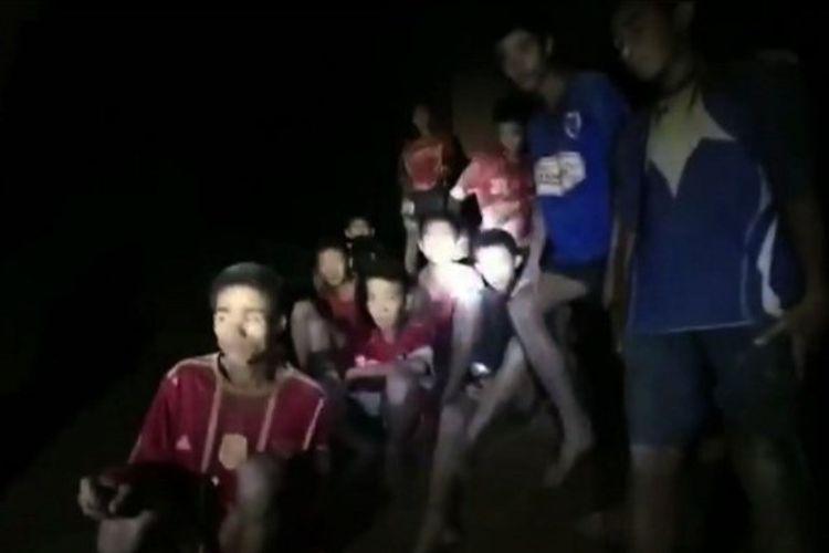 Tim sepak bola remaja di Thailand yang terdiri dari 12 remaja dan seorang pelatih ditemukan di dalam goa setelah terjebak sejak 23 Juni 2018. (AFP/AL Thailand)