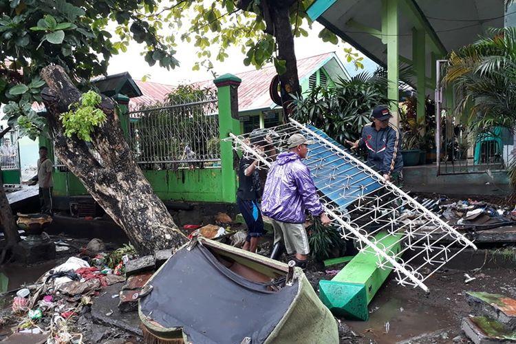 Pagar SD Islamiyah 2 dan SD Islamiyah 5 di Kota Ternate, Maluku Utara jebol akibat dihantam banjir, Jumat (6/7/2018)