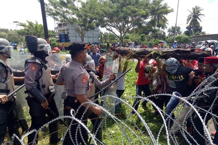 Bentrok antara aparat keamanan dengan massa pendukung cagub cawagub Maluku Utara Abdul Gani Kasuba dan Al Yasin Ali (AGK-Ya) saat pleno rekapitulasi di Kantor KPU Malut, Sabtu (7/7/2018)