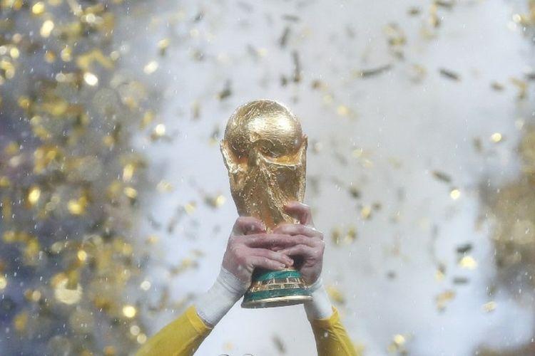 Kapten timnas Perancis, Hugo Lloris, mengangkat trofi Piala Dunia seusai laga final Piala Dunia 2018, 15 Juli 2018.