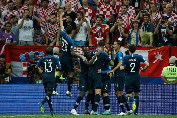 Para pemain Perancis merayakan gol di hadapan suporter Kroasia pada laga final Piala Dunia 2018 di Stadion Luzhniki, 15 Juli 2018.