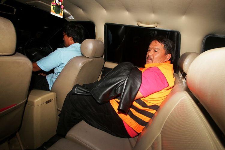Bupati Labuhanbatu Pangonal Harahap memakai rompi tahanan usai menjalani pemeriksaan di Gedung KPK, Jakarta, Rabu (18/7). KPK menahan Bupati Labuhanbatu Pangonal Harahap bersama dua tersangka lainnya yakni dua orang swasta PHH dan UMR pasca operasi tangkap tangan di Labuhanbatu pada Selasa (17/7) kemarin terkait fee proyek di lingkungan pemerintah daerah Labuhanbatu, Sumut Tahun Anggaran 2018.