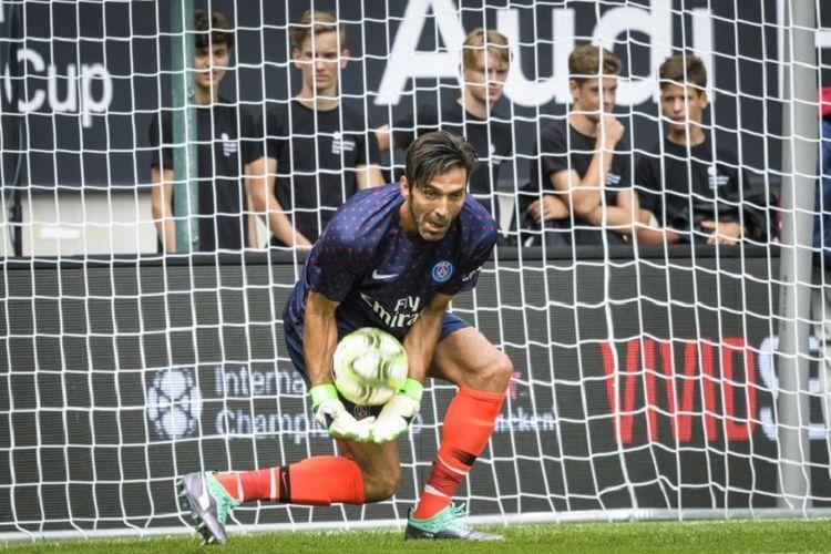 Kiper PSG, Gianluigi Buffon, menjalani pertandingan pramusim melawan Bayern Muenchen pada ajang ICC 2018 di Austria, 21 Juli 2018.