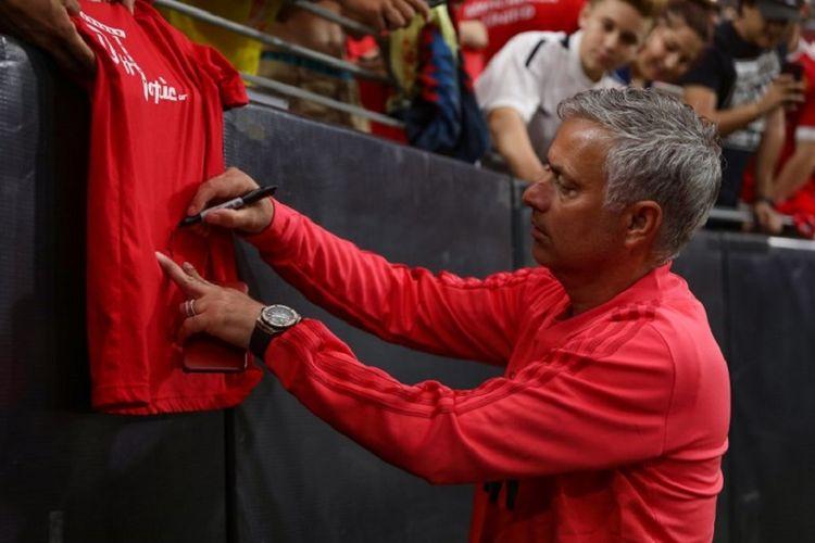 Jose Mourinho membubuhi tanda tangan di kaos suporter jelang laga Manchester United vs Club America di Stadion Phoenix, 19 Juli 2018.